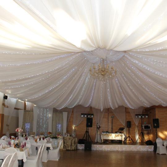 https://event-premiumdeko.de/wp-content/uploads/Deckendeko-Himmeldeko-Hochzeitsdeko-Saaldekoration-Kronleuchter-Beleuchtung-540x540.jpg