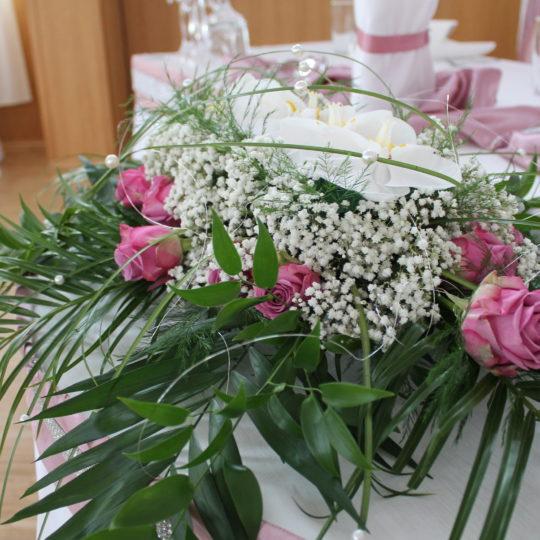 https://event-premiumdeko.de/wp-content/uploads/Hochzeitsflorisik-Tischgesteck-Blumenschmuck-rose-orchidee-Hochzeit-540x540.jpg