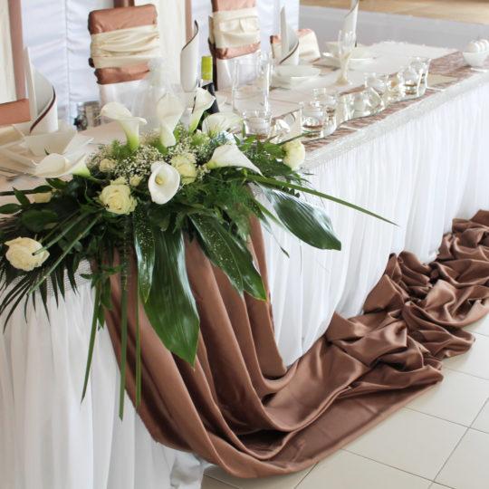 https://event-premiumdeko.de/wp-content/uploads/Hochzeitsfloristik-Tischdeko-braun-540x540.jpg