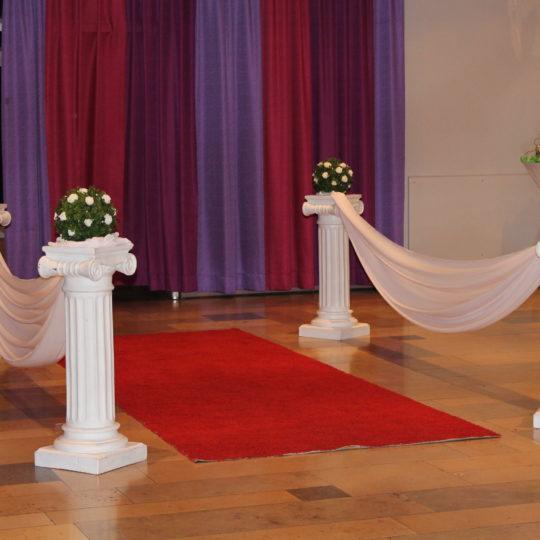 https://event-premiumdeko.de/wp-content/uploads/roter-Teppich-mieten-griechische-Saeulen-Hochzeitsdeko-Empfangsdekoration-540x540.jpg